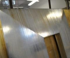 Particolare di una cornice in foglia argento