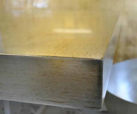 Particolare di tavolo in foglia argento